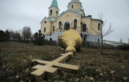 Una iglesia ortodoxa dañada por el fuego de artillería en Donetsk, en el Este de Ucrania (Reuters).